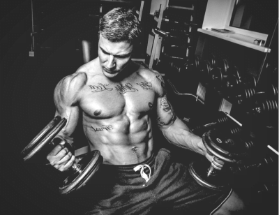 man training with two dumbbells