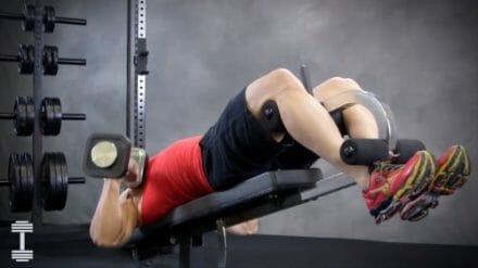 bodybuilder doing decline presses on weight bench