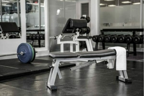 adjustable weight bench in gym
