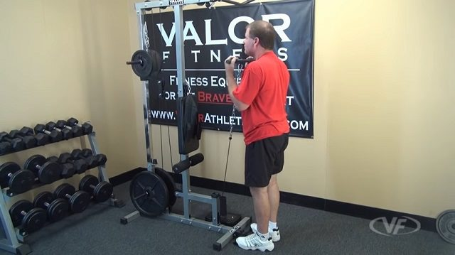 demonstration of bicep curl using low pulley of valor fitness CB-12 lat pulldown