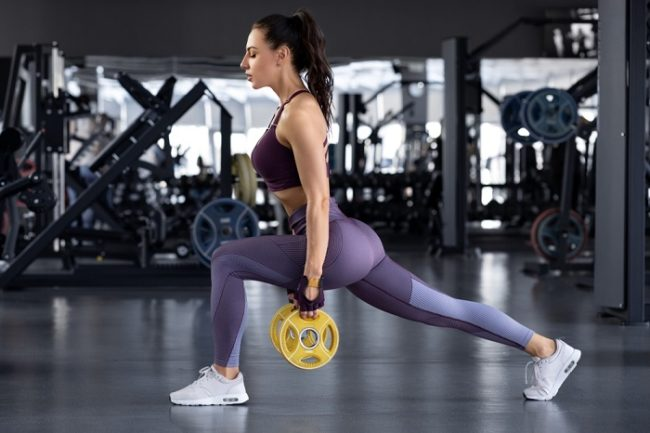 woman showing the best way to do lunges