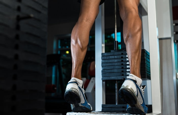 fit man doing leg exercises in a gym