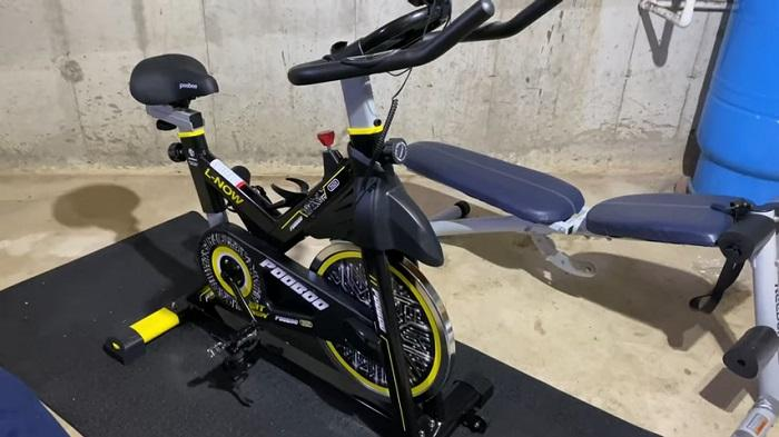 demonstration of PYHIGH INDOOR CYCLING BIKE in garage gym